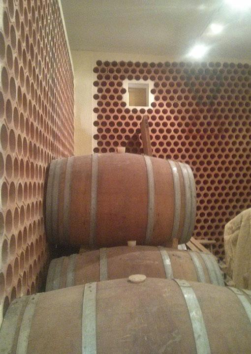 barriles-vino-apilados-adecuacion-bodegas