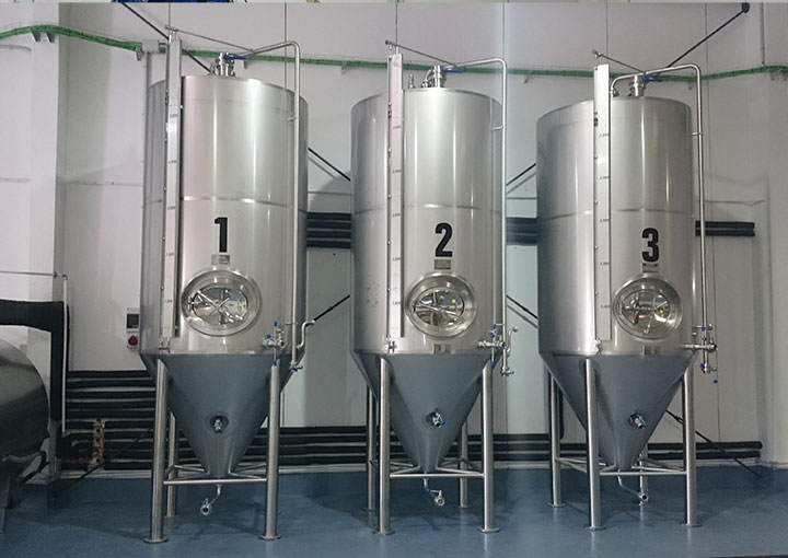 instlacion-cubetas-de-cerveza-en-fabrica
